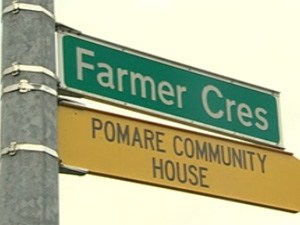 A street sign for Farmer Crescent and Pomare Communty House.
